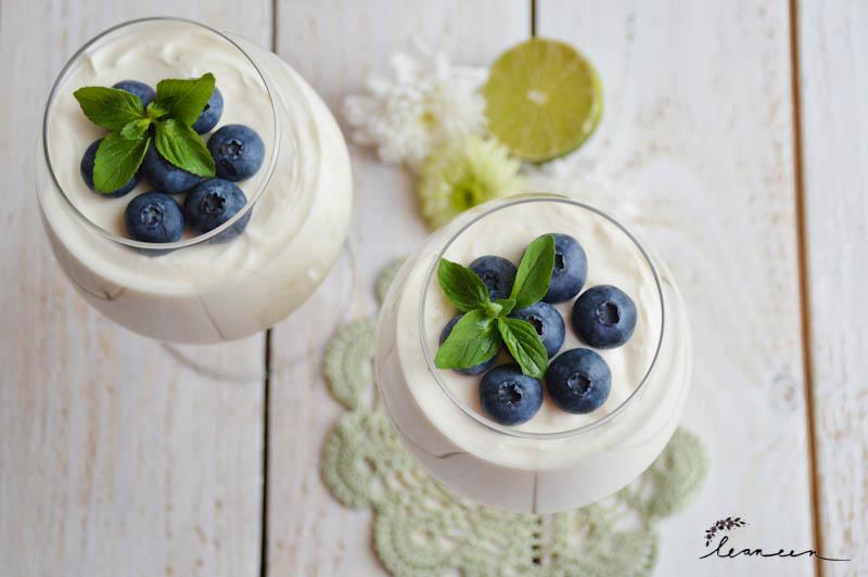 Osvežilna krema iz grškega jogurta z borovnicami