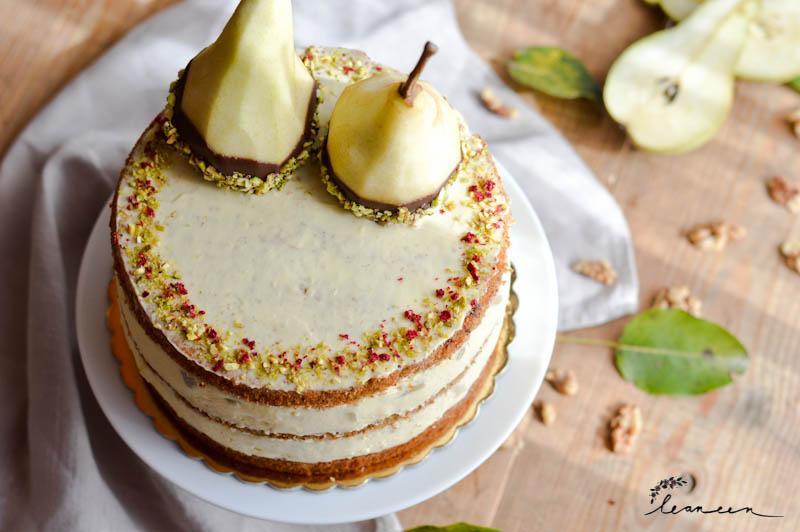 Vanilijeva torta s hruškami in dišečim orehovim biskvitom