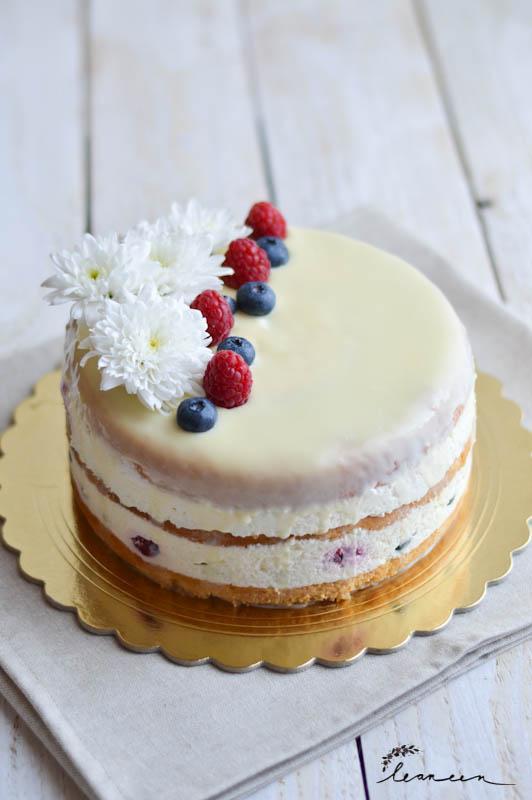 Skutna torta z jagodičevjem