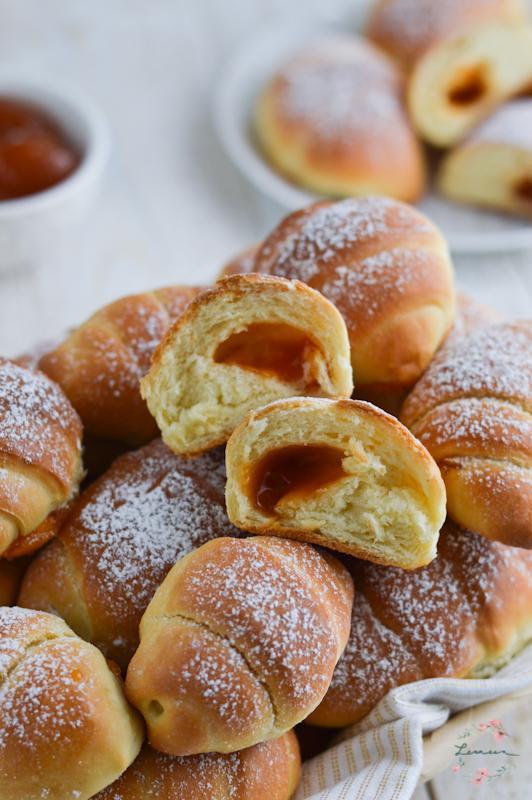 Mehki kvašeni rogljički z marmelado