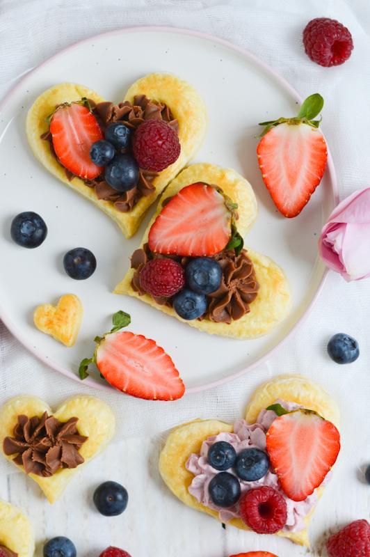 Listnati srčki z jagodno in čokoladno kremo