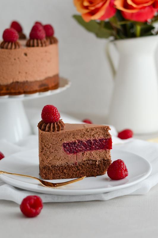 Preprosta čokoladna torta z malinami