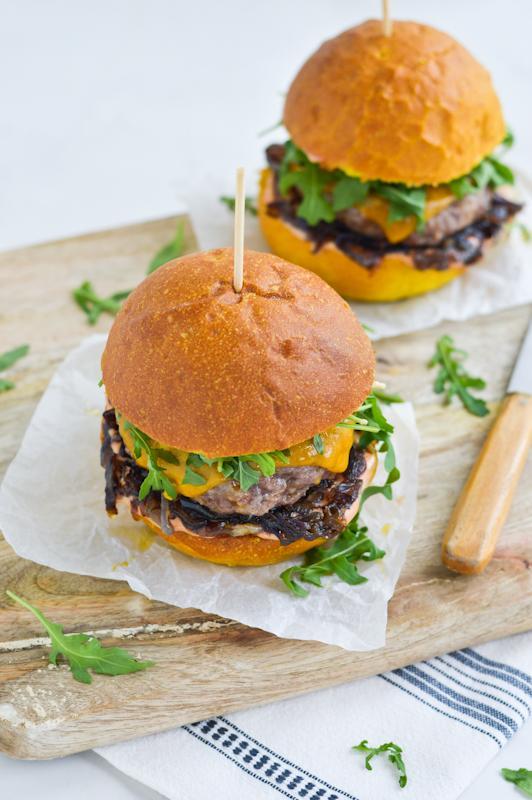 Goveji burgerji s karamelizirano čebulo