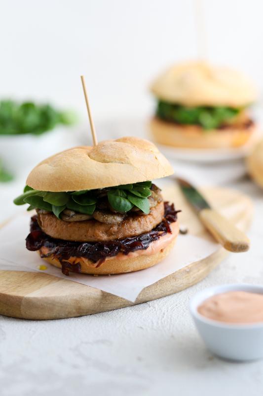 Veganski burger s karamelizirano čebulo in šampinjoni