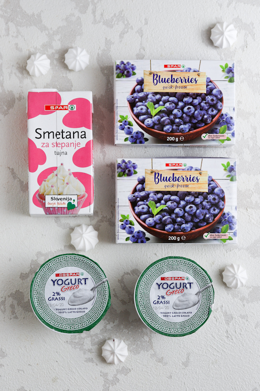 Borovničeve rezine z grškim jogurtom
