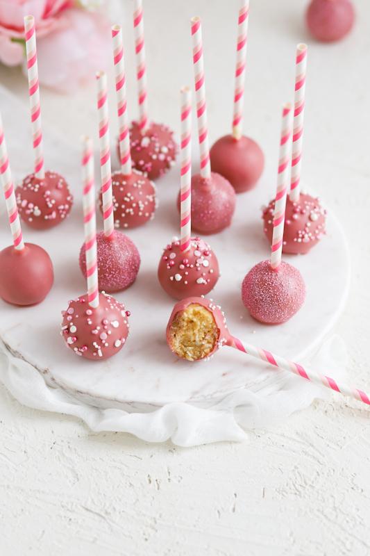 Vaniljevi cake popsi z Ruby čokolado