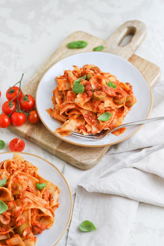 Široki rezanci z mediteransko paradižnikovo omako