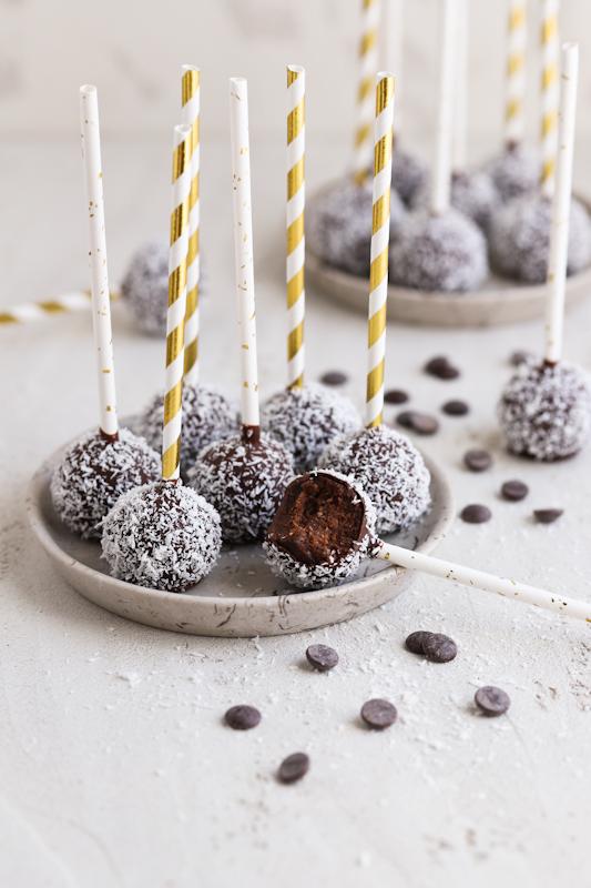 Čokoladni cake popsi z banano in kokosom