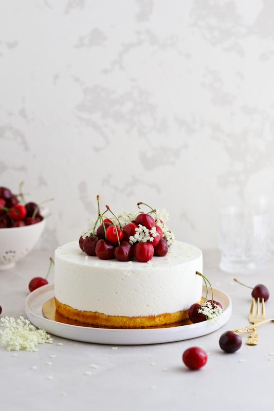 Bezgova torta s češnjami in limoninim biskvitom