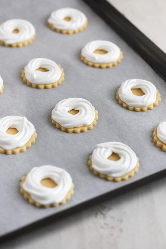 Masleni piškoti z beljakovim venčkom