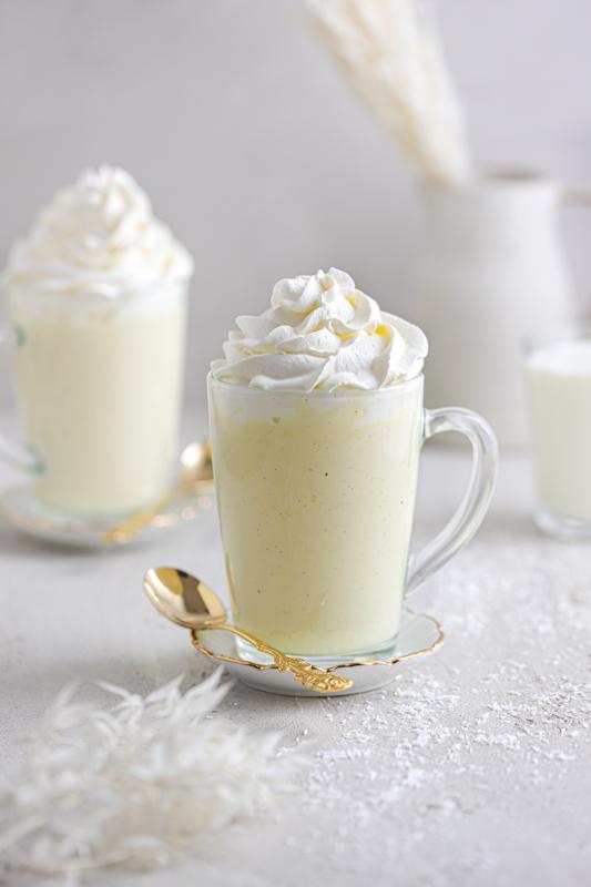 Bela vroča čokolada s kokosom