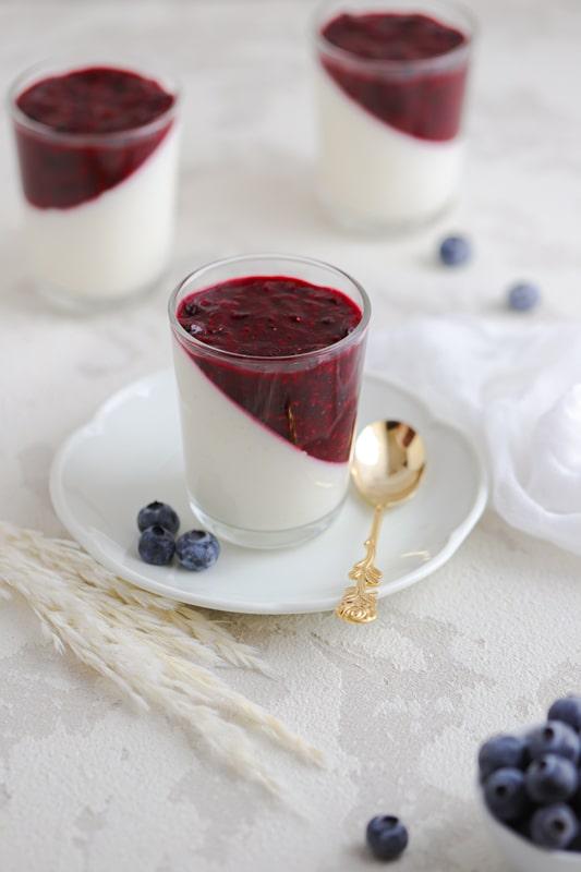 Brezgrešna jogurtova strjenka z jagodičjem
