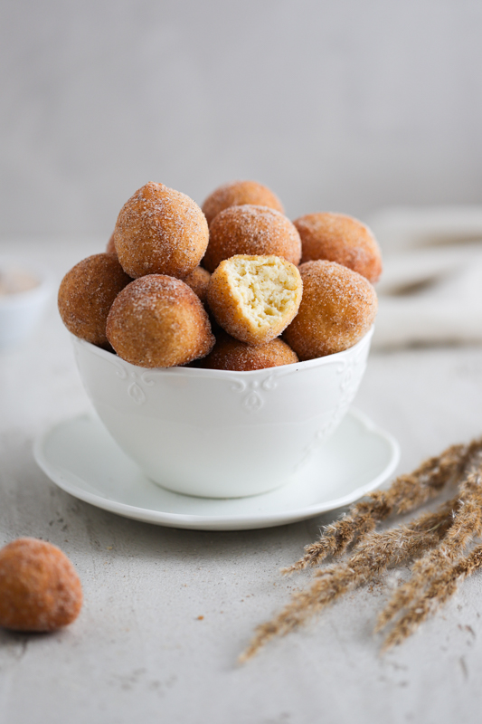 Fritule v sladkorni mešanici