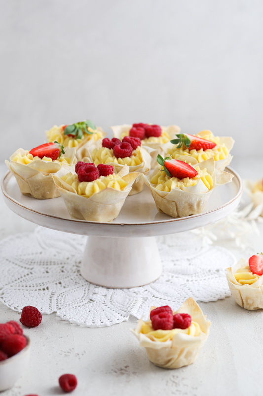 preproste košarice z vaniljevo kremo in sadjem