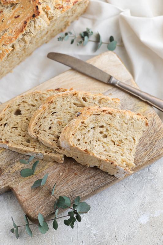 Čebulni kruh brez gnetenja
